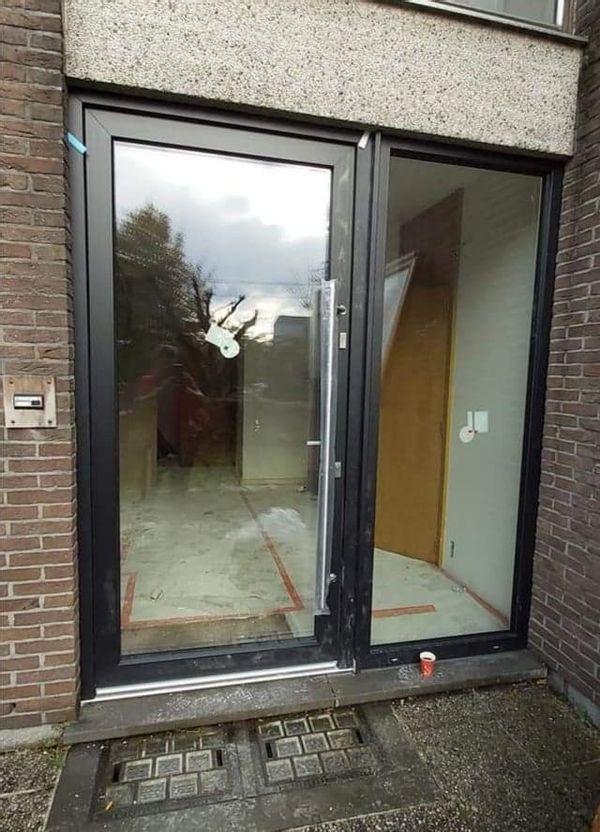 Installation porte extérieure réalisée par l'équipe GEO CHASSIS