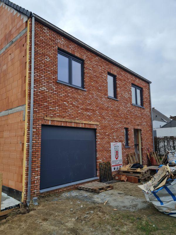 Installation porte de garage réalisée par l'équipe GEO CHASSIS